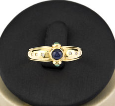 18 kt gold – Cocktail ring – Brilliant cut diamonds – Round cut emeralds – Central round cut sapphire – Ring size: 16 (Spain) – Inner ring diameter: 17.90 mm (approx.)