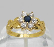 18 kt yellow gold ring with sapphire and zirconias – internal measurement: 18 mm