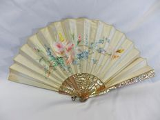 A bridal folding hand fan - mother-of-pearl and hand paitend silk - Signed Tolosa - Spain - circa 1900