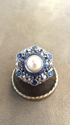 18 kt gold ring with sapphires and cultured pearls – size: 8.5