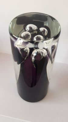 Frantisek Kouril (Ozzaro, CZ) - Heavy crystal violet glass object / vase (signed).
