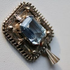 Strling silver large pendant with a blue Spinel of approx 14,5 x 10,5 mm and a silver chain, ca. 1920-1940