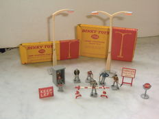 Dinky Toys - Schaal 1/32 - Lamp Standard Double Arm No.756, Lamp Standard Singel Arm No.755, Road Repair Set No.778 & Road Maintenance Personnel No.010