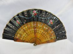 A carved and openwork gold and silver inlaid horn folding fan -  fabric and paper hand painted - Spain - 19th century