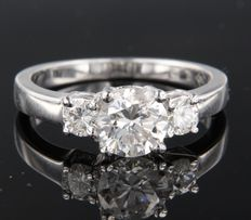 18 kt white gold trilogy ring set with brilliant cut diamonds, centre diamond approxiamtely 1.05 ct, ring size 17 (53)