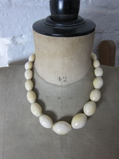 Thick antique ivory necklace – Total length 49 cm