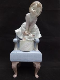"Lladró - porcelain statue, girl on a chair and kittens ""Purr-Fect Companions 6512,,."