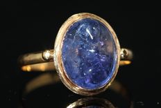 18 kt gold ring set with a tanzanite size 61.
