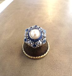Gold ring (18 kt) with sapphires and cultured pearls – size 8.5
