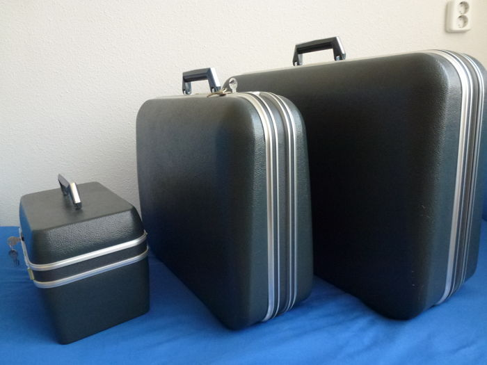 three piece vintage delsey suitcase set from france paris catawiki. Black Bedroom Furniture Sets. Home Design Ideas