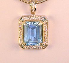 Diamond and topaz pendant 26.35 ct, weight: 36.61 g