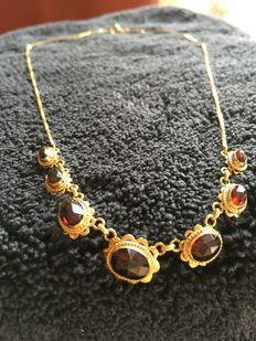 Gold necklace with garnets.