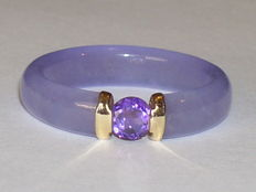Purple jade ring with amethyst, set in a 14 kt yellow gold setting, size 18.2 mm