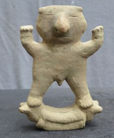 Pre-Columbian Quimbaya pottery statue of a doubles man standing at a object with animal heads - 14,8 cm
