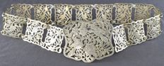 Large silver belt with links and a large buckle, with a décor of birds in a blossom tree. – Indonesia