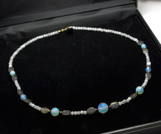Multi gemstone necklace with sapphires, 48 cm long, 18 kt gold clasp