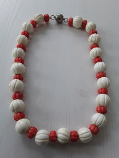 Old and heavy coral necklace in white and red - handcarved