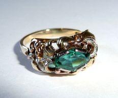 A ring in 14 kt / 585 gold with green stone and 4 diamond roses