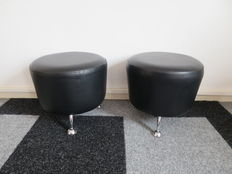 Designer unknown - 2x pouf, black faux leather on chrome feet
