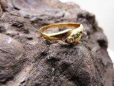 18 kt gold ring with zirconias and chrysoprase stones. Interior diameter: 18 mm.