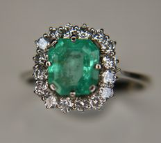 18kt White gold ring with very large natural Emerald 2.5Ct. and brilliant cut natural diamonds H/VS; total 3.05Ct. - Ringsize 57 (can be adjusted)