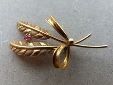 Women's '60s brooch – yellow gold with ruby