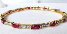 14 kt yellow gold bracelet with 2.5 kt rubies and diamonds, 17.8 cm long