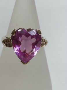Antique ring in yellow gold with 4 ct heart-shape cut amethyst.