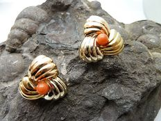 Earrings in three tones of 18 kt (750/000) gold – Coral – Earring measurements: 21 mm – Total weight: 4.6 g.