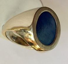 Gold ring with a lapis lazuli stone