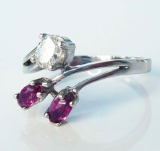 14 kt white gold ring with oval diamond, 0.16 ct Wesselton and synthetic ruby – ring size 17.7