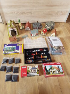 Scenery H0 - 8 buildings, 1 tunnel, 1 station (construction kit), 2 construction kits and a sorting bin with 200 painted figures, various farm animals and 10 cars