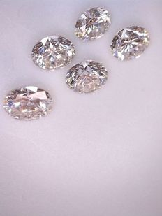 Lot with five brilliant-cut diamonds of 0.12 ct each and 0.62 ct in total, G (clear white) VS (high clarity)