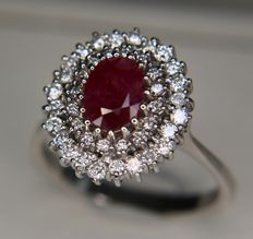 White gold ring with natural oval cut Ruby (1.0ct) and 40 natural diamonds G-H/VVS1 of approx. 0.65ct. Ringsize: 19.5mm