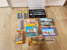 Scenery N - 4 construction kits, 5x roads, 1x bridge and a sorting bin with bridge pillars, 100 standing and 50 seated figures