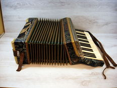 Emesco accordion in case