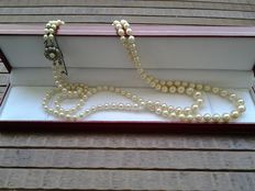 Graduated two-string saltwater pearl necklace, clasp in 835 silver with a small pearl and small rock crystals.