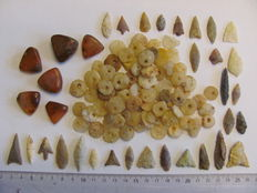 81 archaeological beads 8/28 mm and 29x Neolithic arrowheads - 16/38 cm (86)