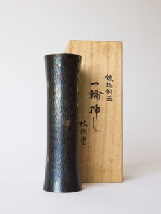A finely tooled, small, cylinder-shaped bronze vase. Signed In a wooden case – Japan – 2nd half 20th century