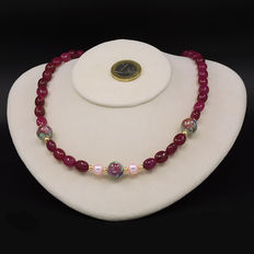 Yellow 18 kt/750 gold – Ruby and cultured pearl necklace – Length, 51 cm.
