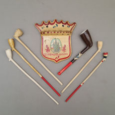 Nice lot of clay pipes by de Jong in Gouda plus a miniature pipe rack - Holland, ca. 1920