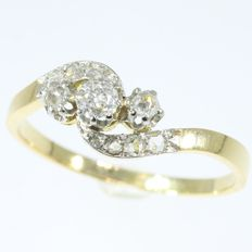 Belle Epoque Antique French wavy diamond gold engagement ring, anno 1900