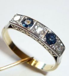 Stacking ring made of 14kt / 585 gold with three diamonds 0.25ct. 2 sapphires 0.25ct in white gold carrees.