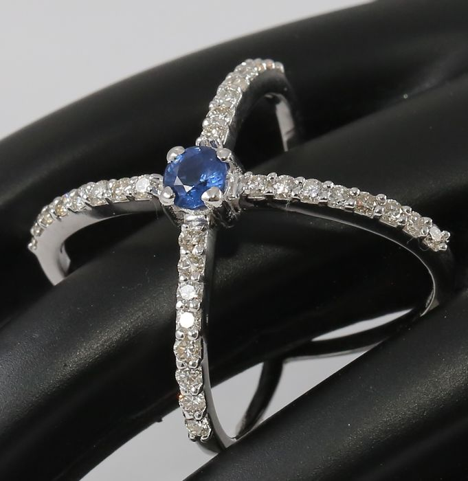 14kt White Gold Solitaire ring with Blue Sapphire 0.42 ct.and Diamonds 0.58 ct - size 54 - No Reserve