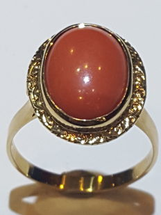 Gold ring, 18 kt, with coral – Size 71/31 – 10.36 grams.
