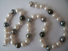 Pearl necklace with Tahiti pearls – 14 kt white gold