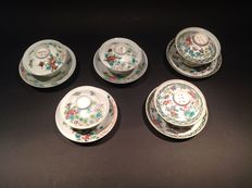Lot with 5 varied Hirado porcelain cups and saucers with lids - Japan - Late 19th century (Meiji period)
