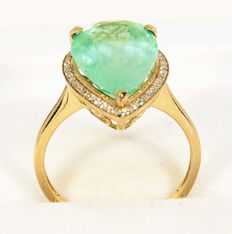 Golden ring with diamonds and IGI-certified No. 229608092 natural green Emerald 5,14 ct. Total 3,35 g. - Size: 17,5