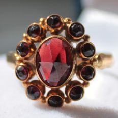 14 kt yellow gold ring, set with garnet