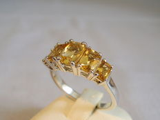 Elegant ring with 5 baguette cut citrines of 3 ct in total.